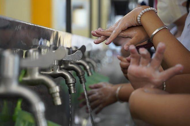 Không có nước khử khuẩn, rửa tay bằng nước sạch và xà phòng vẫn phòng ngừa được virus. Ảnh: HoàngNam.